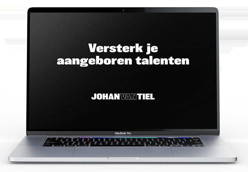 """Quote """"Versterk je aangeboren talenten - Johan van Tiel"""" op laptop scherm"""