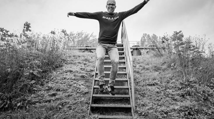 Johan van Tiel springt van een trap